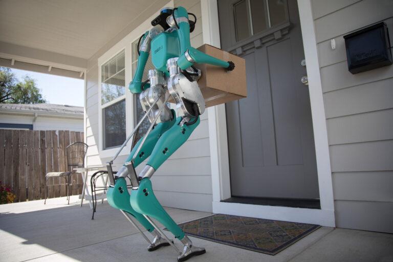 Ein Roboter als Postbote: Ford und Agility Robotics erforschen die autonome Auslieferung von Waren