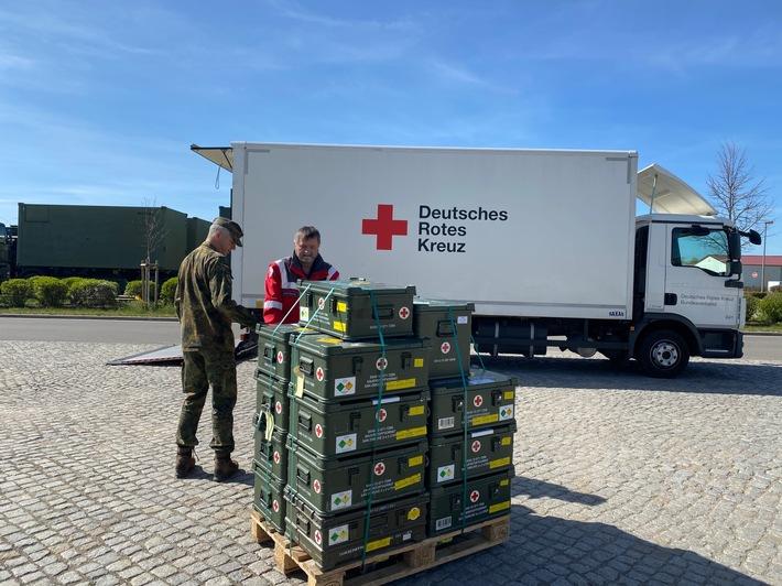Covid-19: Sanitätsdienst übergibt Beatmungsgeräte an das DRK