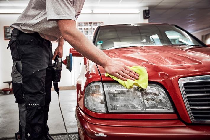 Teure Autoreparatur: So lässt sich sparen ADAC: Vertragswerkstätten gezielt nach günstigen Ersatzteilen fragen Smart Repair kann Teiletausch überflüssig machen