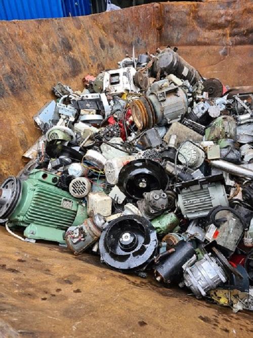 Den Keller aufzuräumen, kann bares Geld bringen – wenn die Schrottabholung Bochum Altmetalle abholt