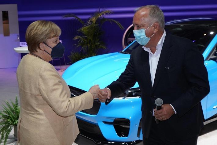 IAA Mobility: Angela Merkel besucht den Ford-Stand